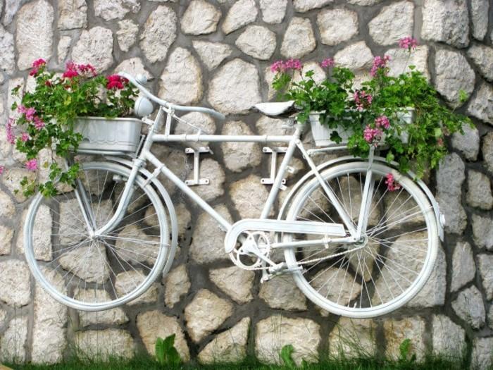 gartengestaltung ideen kreative gartenideen mit fahrrädern fahrrad pflanzenbehälter an die wand befestigen