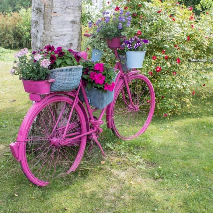 gartengestaltung ideen lila fahrrad als pflanzenbehälter mit mehreren blumentöpfen