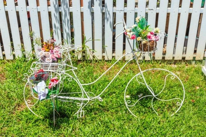 gartengestaltung ideen vintage fahrrad als schöner pflanzenbehälter im hinterhof