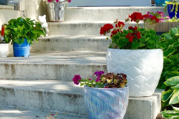 gartenideen gartentreppen zur geltung bringen durch farbige blumen und pflanzgefäße