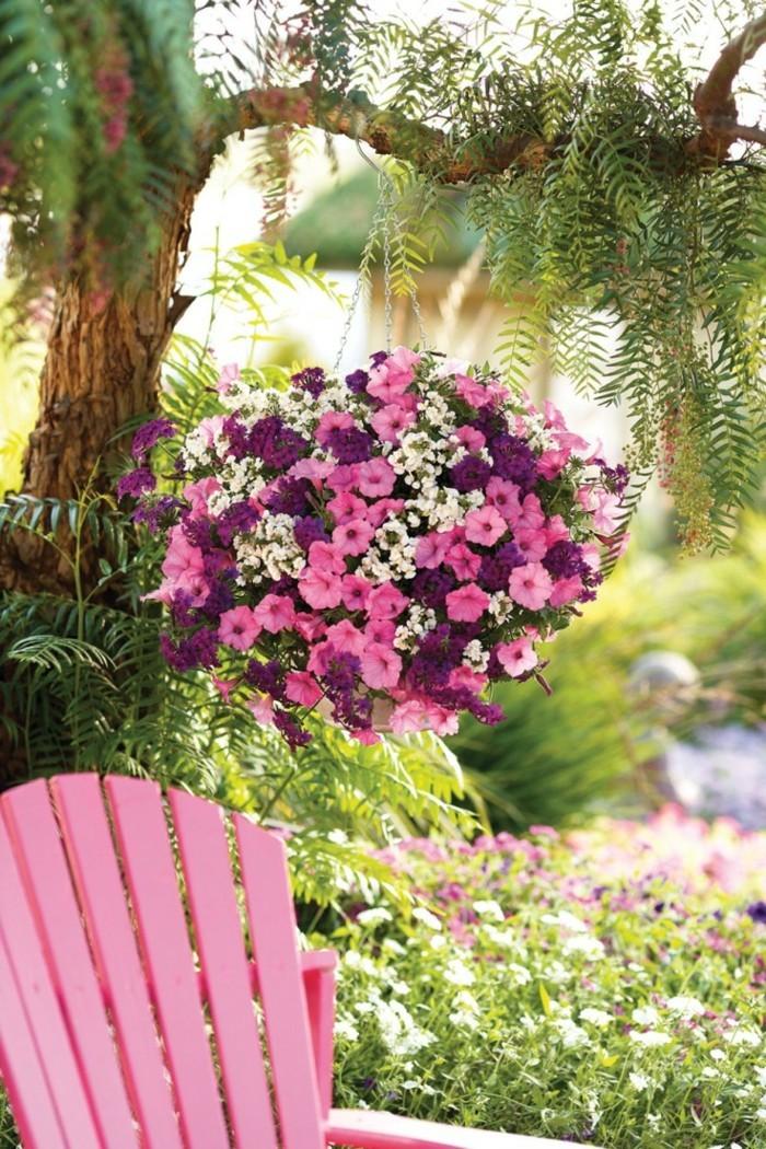 gartenideen petunien und rosa gartenstuhl