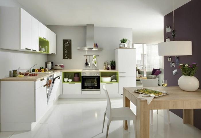 küche l-form weiße küchenschränke und weißer bodenbelag mit grünen akzenten