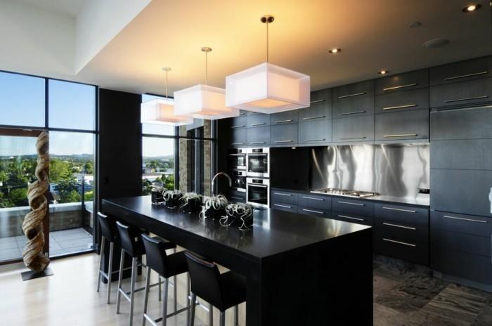 küchengestaltung in schwarz mit kücheninsel und ausgefallener deko
