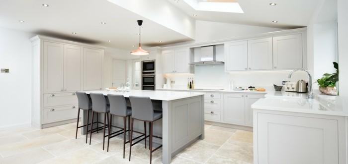 küchengestaltung mit weißen küchenschränken und stilvollen bodenfliesen