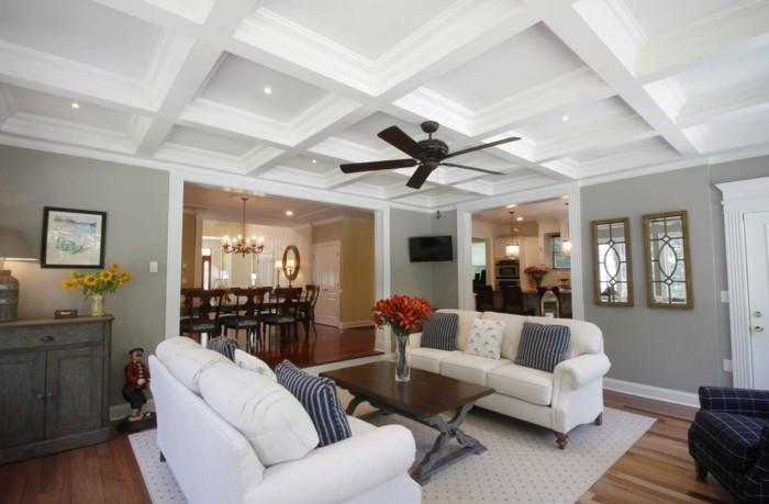 kassettendecke wohnzimmer einrichten mit weißen möbel und hellem teppich