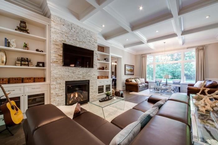 kassettendecke wohnzimmer ideen mit braunem ecksofa und schöner steinwand