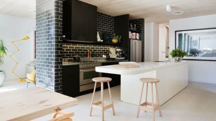 modern wohnen weiße kücheninsel und schwarze wandfliesen