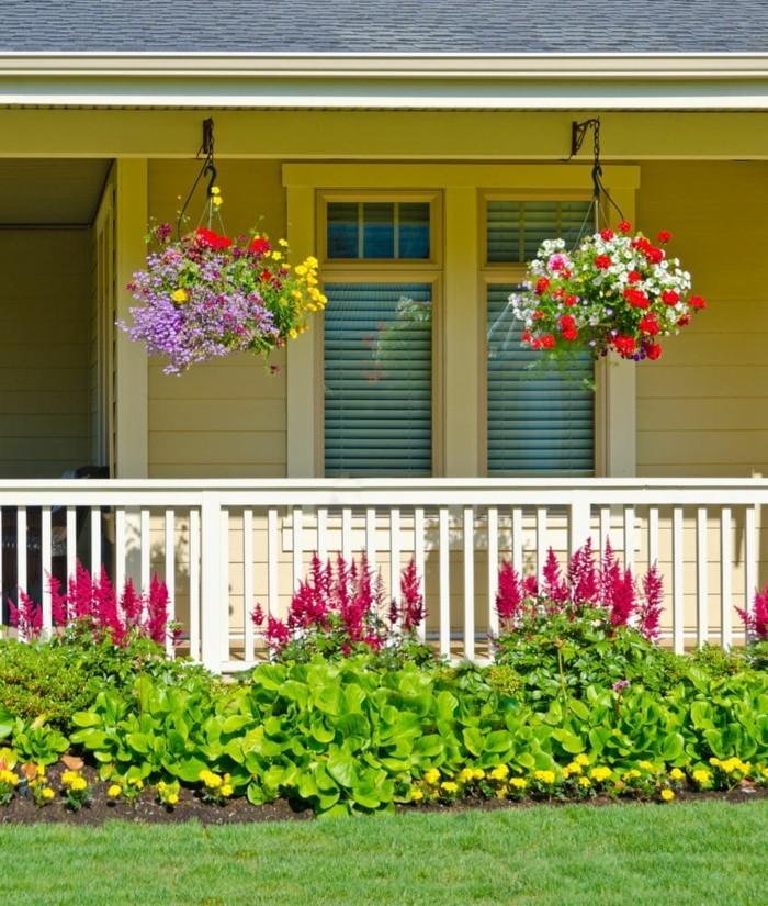 moderne gartengestaltung terrasse dekorieren mit hängeblumen