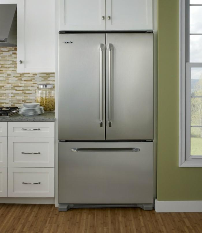 moderne küche bodenbelag mit holzoptik und schöne küchenrückwand