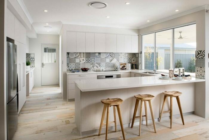 moderne küchein u form in hellen farben mit hölzernen barhockern