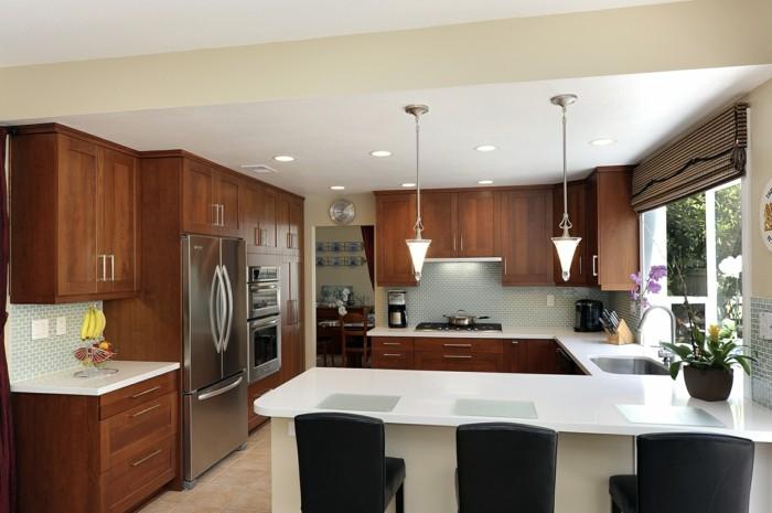 moderne küche in u form weiße oberfläche und schwarze barhocker