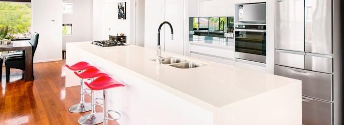 moderne-küche-in-weiß-mit-bodenbelag-mit-holzoptik