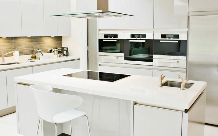 moderne küche in weiß mit kücheninsel