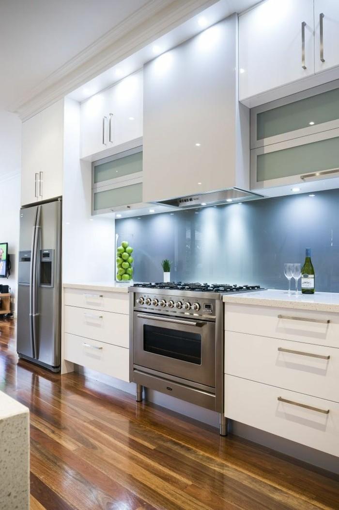 moderne küche mit moderner beleuchtung und ausgefallener küchenrückwand