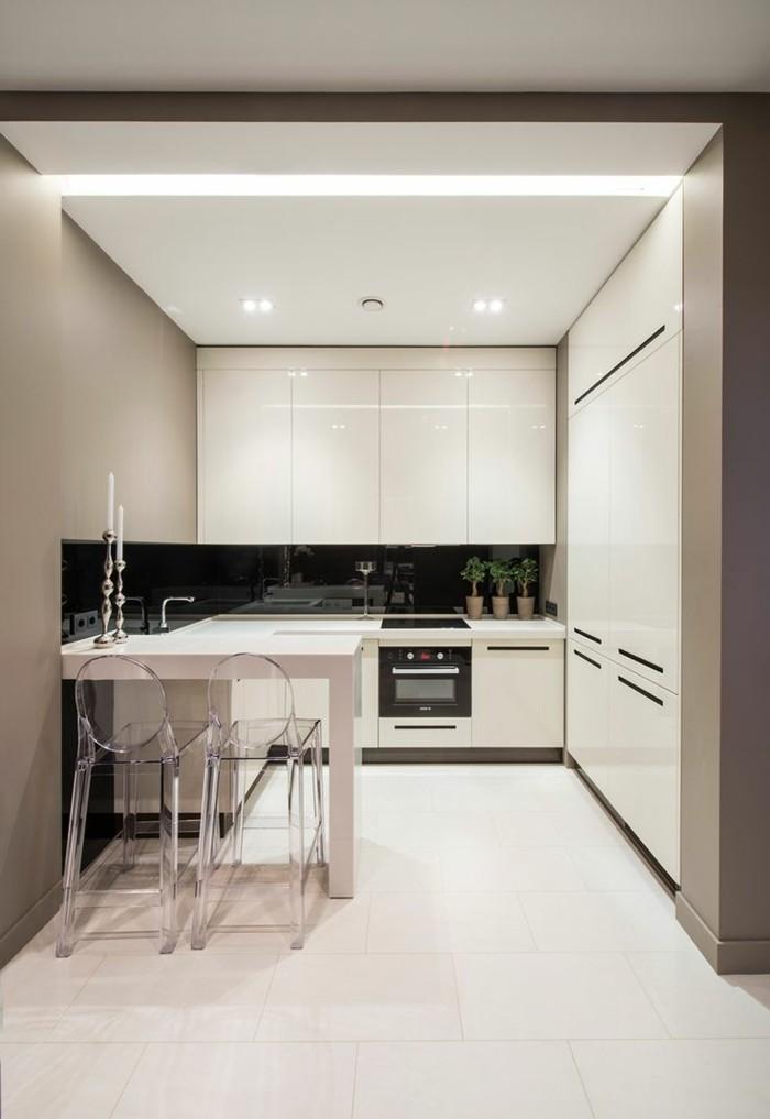 moderne küche mit schwarzer küchenrückwand und weißem bodenbelag