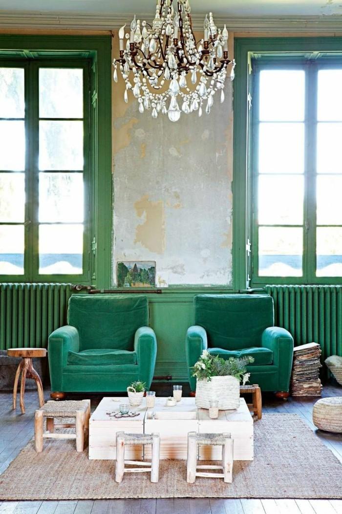 modernes wohnen ausgefallener leuchter und grüne sessel