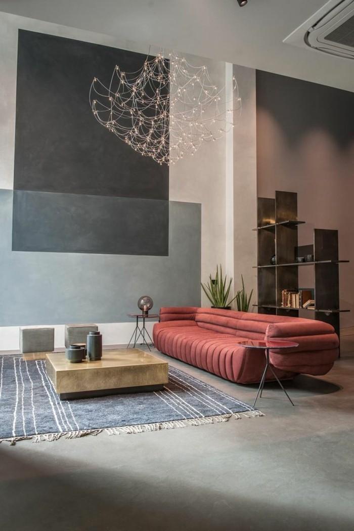 modernes wohnen ausgefallenes rotes sofa und niedriger kaffeetisch