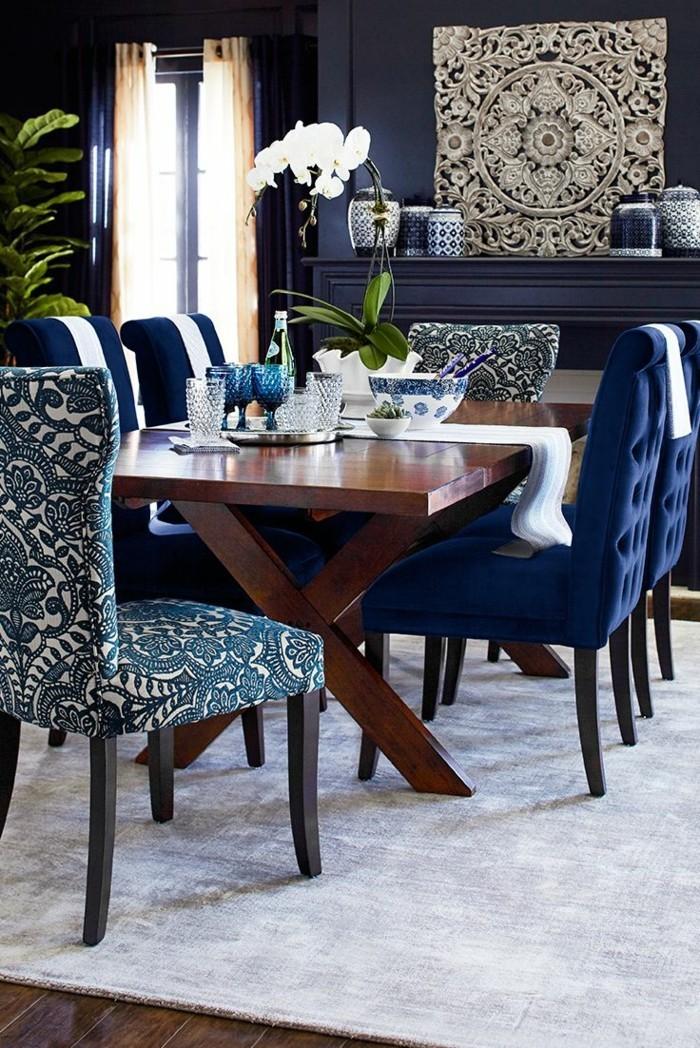 modernes wohnen esszimmer einrichten mit beigem teppich und bunten stühlen