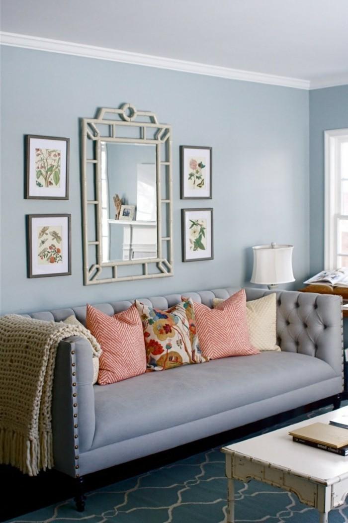 modernes wohnen hellblaue wandfarbe wandspiegel und vintage couchtisch
