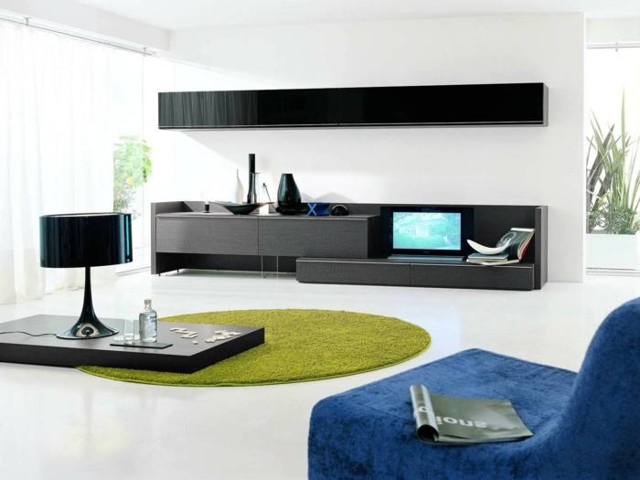modernes wohnen minimalistisches wohnzimmer mit grünem teppich und blauem sessel