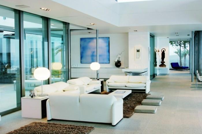 modernes wohnen weiße sofas im wohnzimmer und braune teppiche