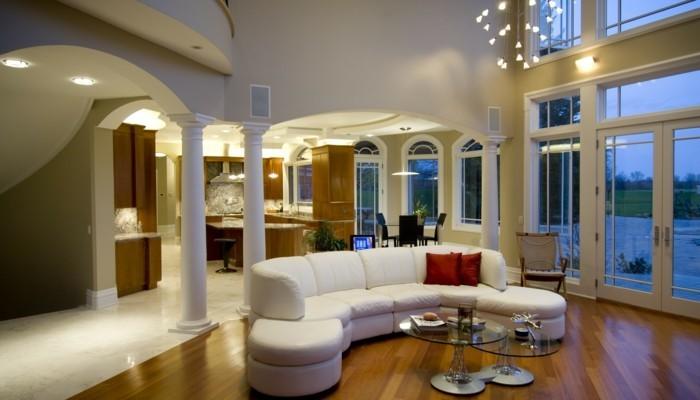 modernes wohnen weißes wohnzimmersofa und glastische
