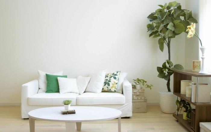 modernes wohnen wohnzimmer mit dekokissen und pflanzen