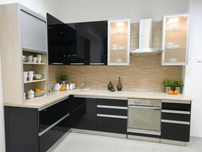modulküche schwarze küchenschränke mit spiegeloberfläche dekovasen