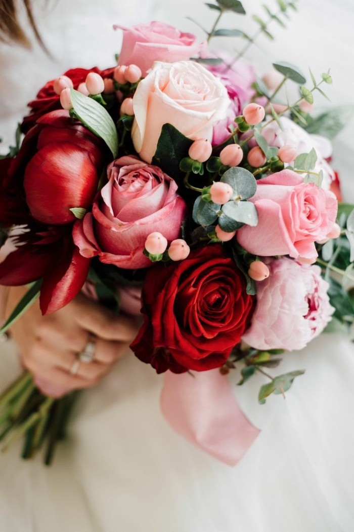 rosen in unterschiedlichen farben im bouquet