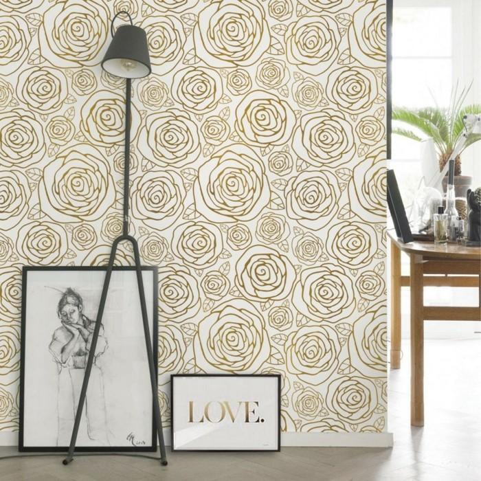 wohnideen wohnzimmer rosentapete in gold und schöne deko für die wohnung und stehlampe