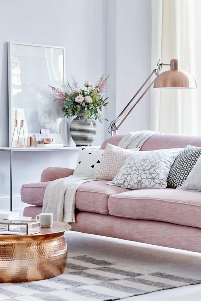 schöne wohnideen in millennial pink rosa wohnzimmersofa und helle wandfarbe