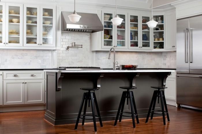 schöne wohnideen küche einrichten mit schwarzer kücheninsel und weißen wandfliesen
