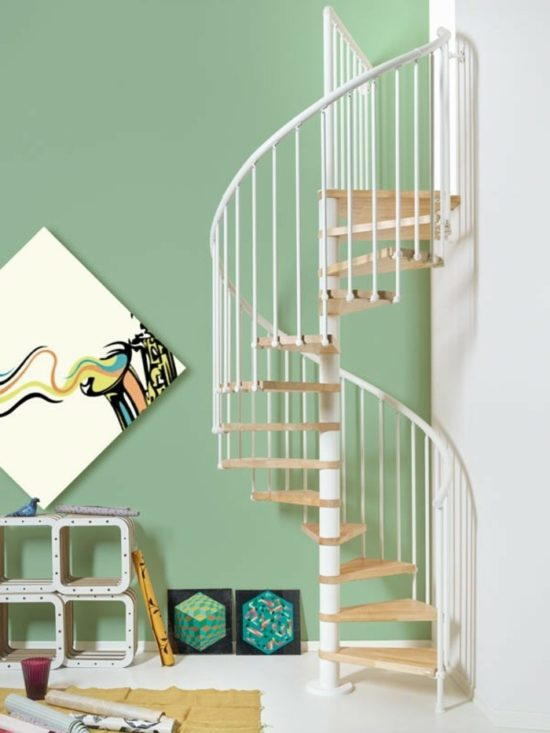 spindeltreppe-edelstahl-helles-holz-stufen-wendeltreppe
