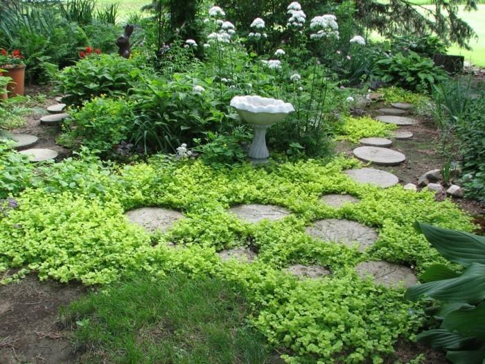 steingarten anlegen stufen aus stein und viel grün