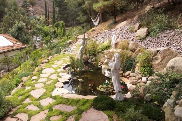 steingarten anlegen wunderschöner außenbereich mit teich und dekofiguren