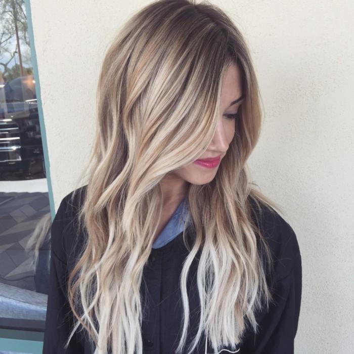 strähnchen ombre blond langes haar junge frau