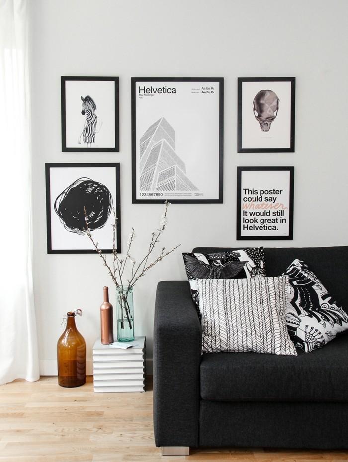 wanddekoration mit bildern sofa schwarz glasflaschen vase