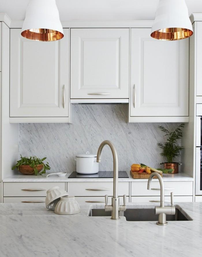 weiße küche ausgefallene küchenrückwand und deko mit pflanzen