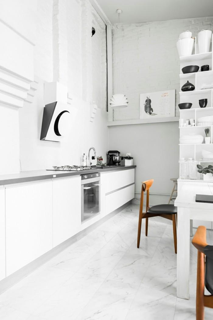 weiße küche ausgefallener bodenbelag und schwarze akzente