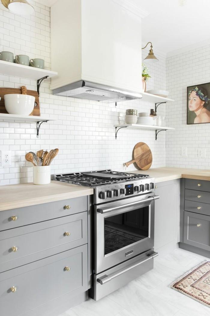 weiße küche in skandinavischem stil mit metro fliesen