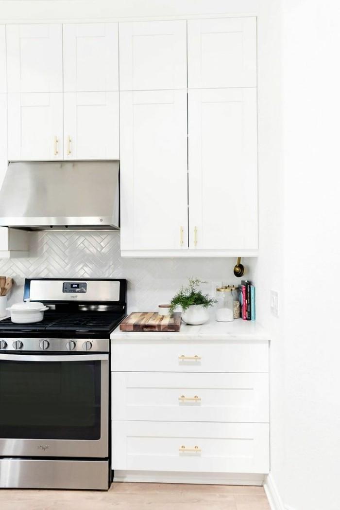 weiße küche küchenrückwand mit fliesen und pflanzen