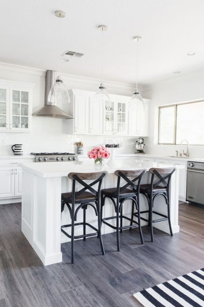 weiße küche mit bodenbelag in brau und hängelampen