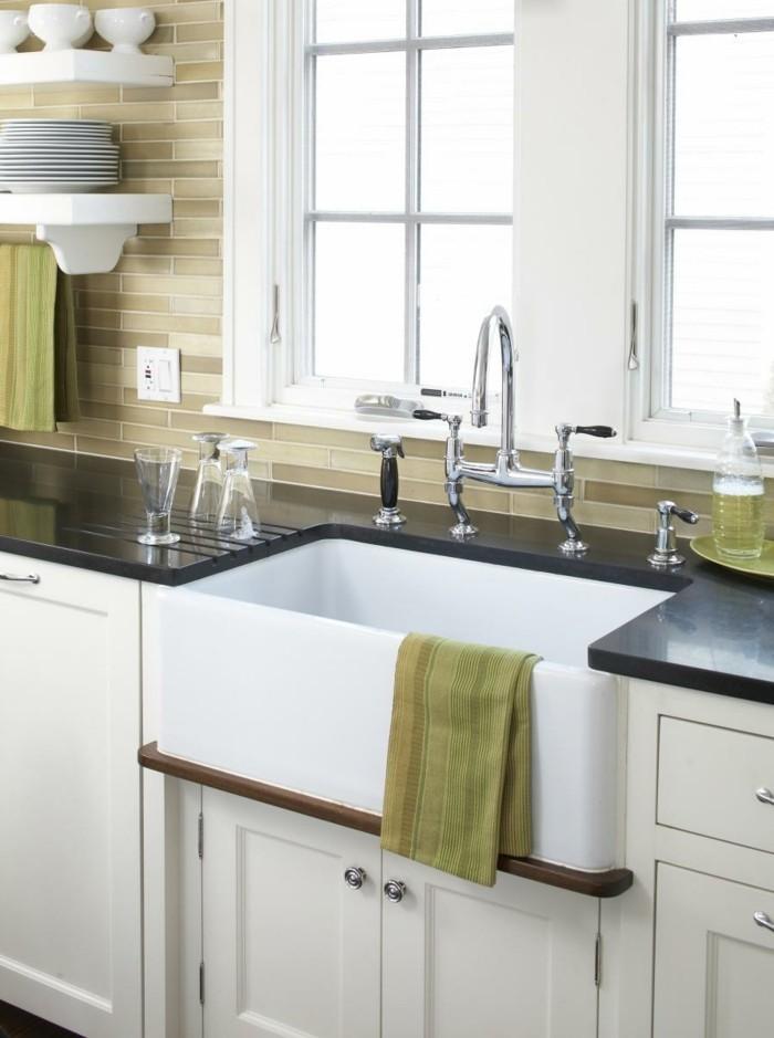 weiße küche mit grünen wandfliesen metro fliesen und offene wandregale
