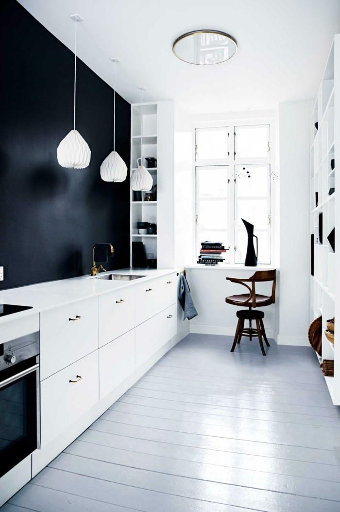 weiße küche mit schwarzer akzentwand und schönem bodenbelag