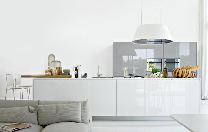 weiße küche moderne inneneinrichtung mit glänzenden oberflächen