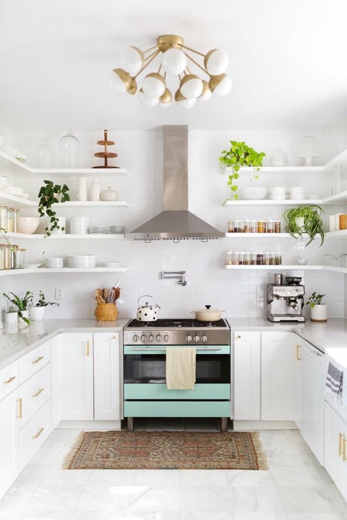 weiße küche offene wandregale und pflanzen