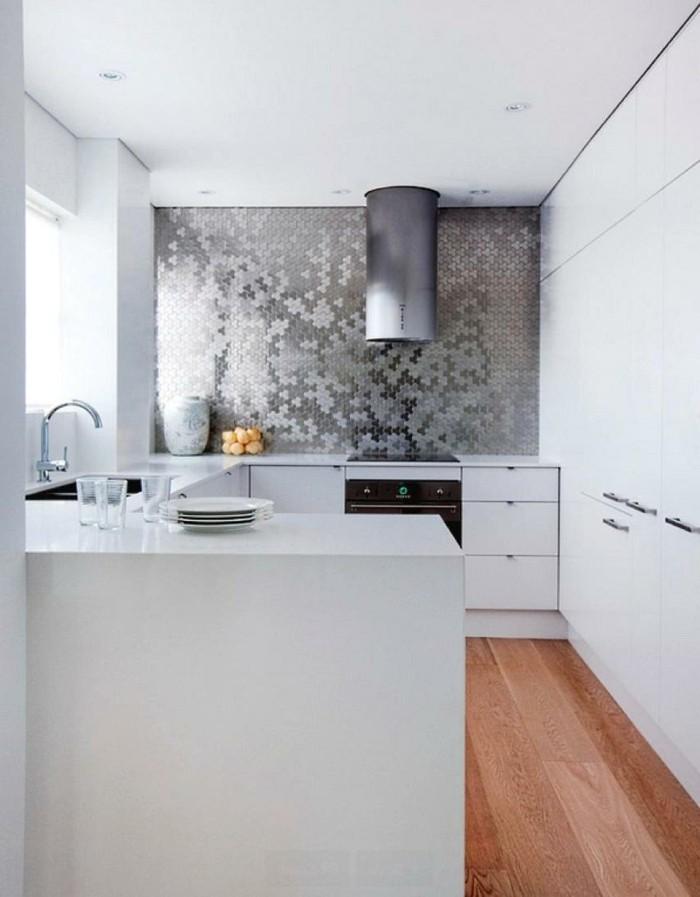 weiße küche schöne einrichtungsideen mit mosaikwand und boden mit holzoptik
