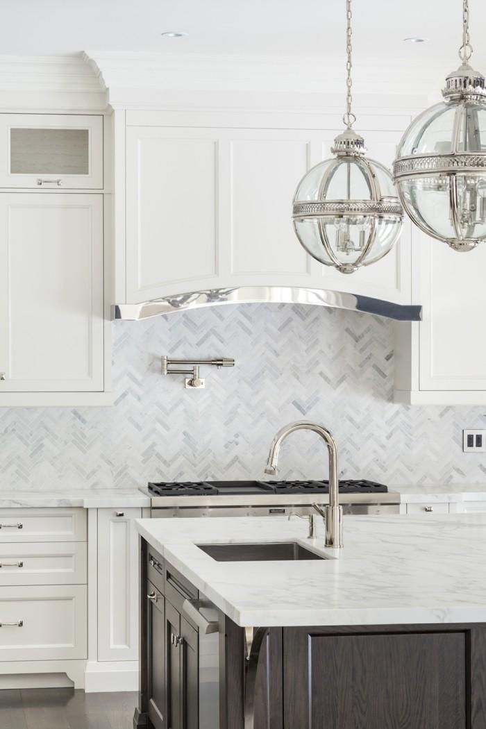 weiße küche stilvolles wanddesign und freistehende kücheninsel