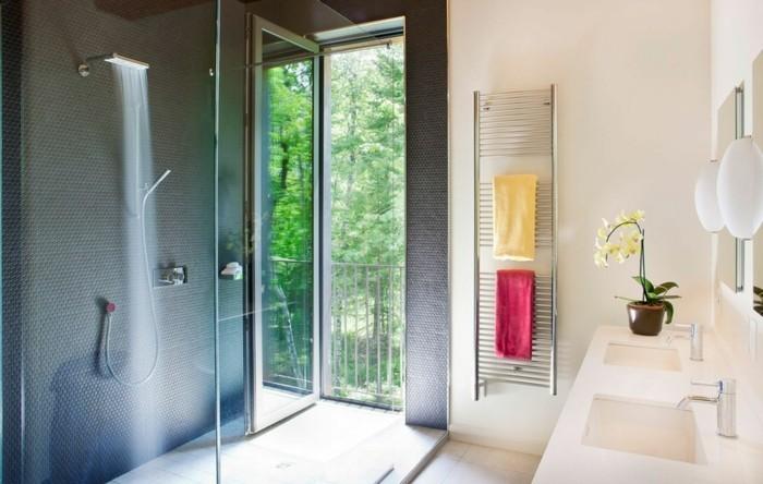 wohnideen badezimmer gestalten mit dusche und tüchern