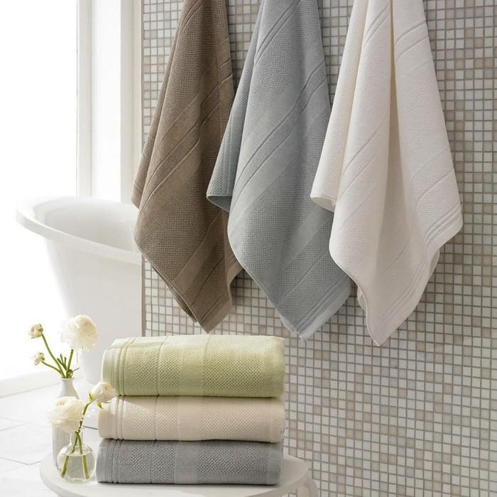wohnideen für das badezimmer dekoration mit tüchern und blumen